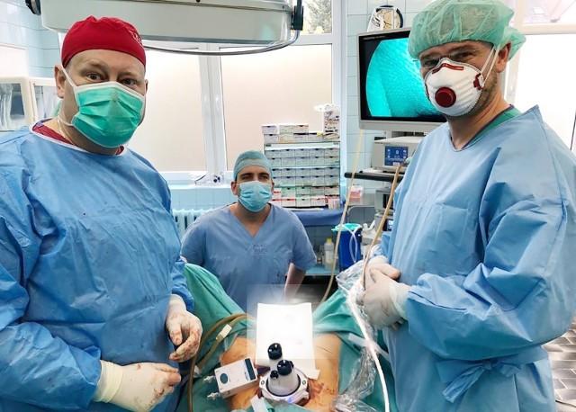 Szpital Miejski w Miastku zastosował nową metodę zabiegów operacyjnych. Placówka, jako pierwsza w Polsce, wykonała całkowite usunięcie macicy z przydatkami przy użyciu portu wielokanałowego JACK. Wystarczyło do tego 2-centymetrowe nacięcie w pępku. Pacjentka opuściła szpital w drugiej dobie po operacji.