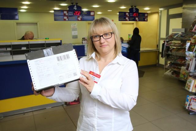 """Odbierz przesyłkę i kup """"Echo Dnia"""" na każdej poczcieAneta Supernat, naczelnik Urzędu Pocztowego Kielce 1 przy placu Niepodległości w Kielcach prezentuje nowoczesną usługę, jaką jest """"odbiór przesyłki w punkcie""""."""