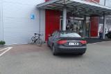 Al. 1000-lecia Państwa Polskiego. Audi zablokowało rowerzystów przed galerią