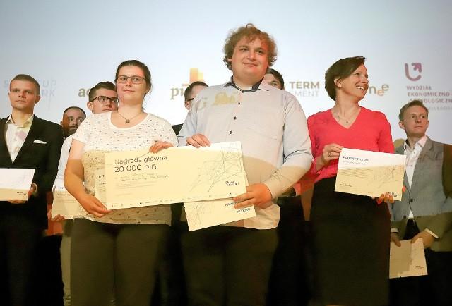 Na pierwszym planie od lewej: Aleksandra Gzowska oraz Filip Mikołajczyk