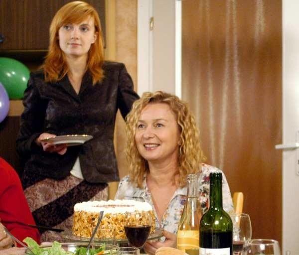 """Halina Rasiakówna (siedzi przy stole) na planie serialu """"Na Wspólnej""""."""