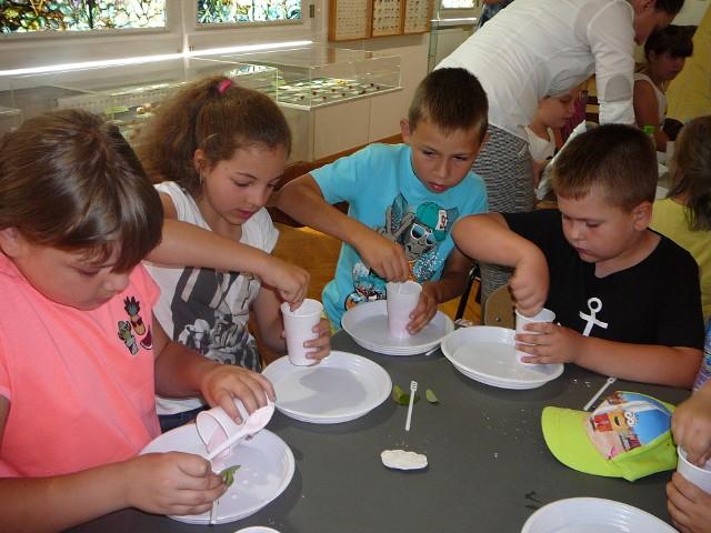 Dzieci, które przyszły do Muzeum Miejskiego dowiedziały się jak zrobić skamielinę