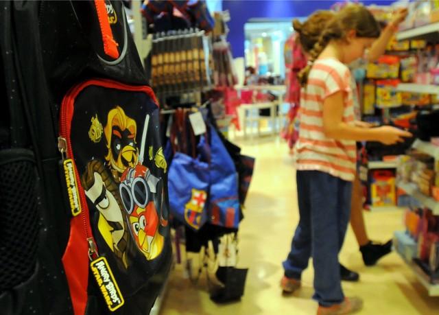 Rodzice wydają się być ostrożni z kompletowaniem wyprawki szkolnej i z niezbędnymi zakupami czekają na ostatnią chwilę.