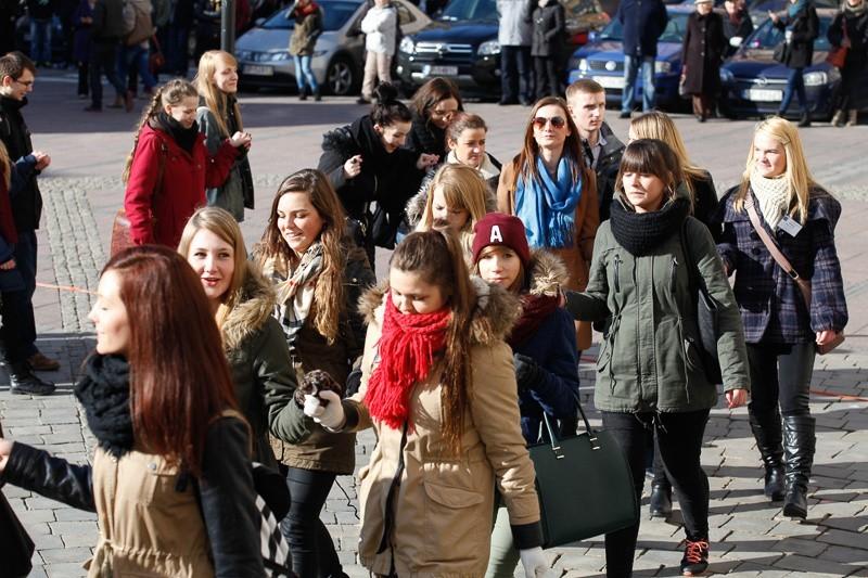 Kilkuset maturzystów zatańczyło poloneza na opolskim Rynku.