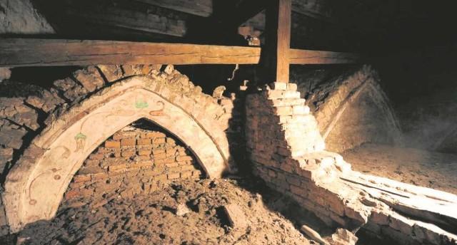 Konserwatorzy są pewni, że wiekowe mury w Staniątkach odkryją przed nimi jeszcze niejeden relikt
