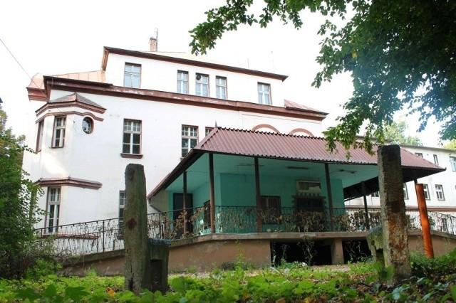 Nikt nie chciał kupić starego budynku po byłym szpitalu przy ul. Kozielskiej.
