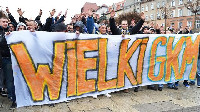 Kibice MrGarden GKM Grudziądz na al. 23 Stycznia przed marszem na mecz w roku 2012