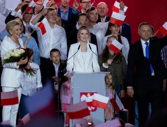 Kinga Duda w trakcie swojego wystąpienia na wieczorze wyborczym w Pułtusku