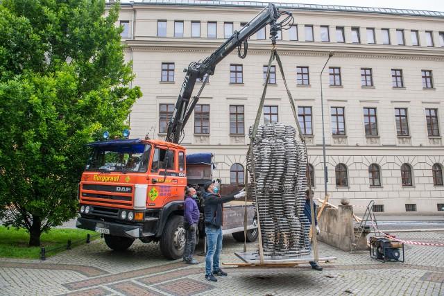 Montowanie pomnika Golema na Al. Marcinkowskiego w Poznaniu odbyło się w czwartek, 28 maja.Przejdź do następnego zdjęcia -------->