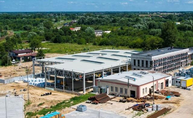 Duży portfel zamówień pozwolił spółce na kontynuowanie inwestycji w zwiększenie mocy produkcyjnych. W Radomiu powstaje nowa hala o powierzchni 3200 metrów kwadratowych, która pozwoli zwiększyć efektywność produkcji i przygotować spółkę do kolejnych inwestycji kolejowych.