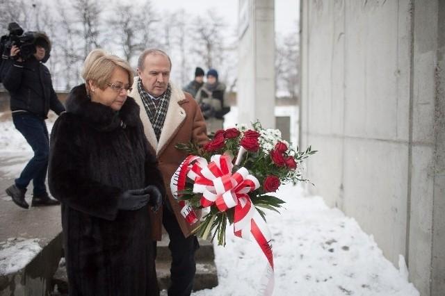 W poniedziałek na stacji Radegast kwiaty złożyła m.in. wojewoda Jolanta Chełmińska.