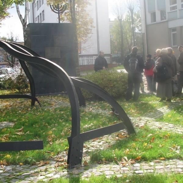 Tu, w samym środku żydowskiej dzielnicy Szulhof, znajdowała się niegdyś Wielka Synagoga - opowiada Mariusz Sokołowski