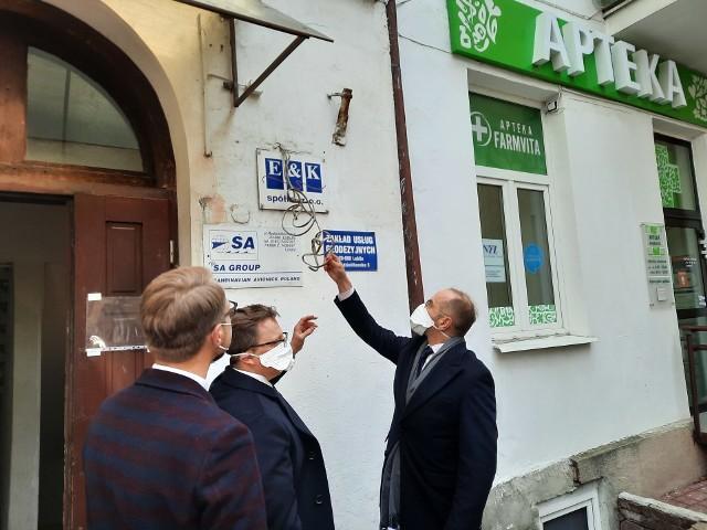 W piątek przed siedzibą spółki E&K w Lublinie pojawili się posłowie Dariusz Joński, Michał Szczerba i Michał Krawczyk z Koalicji Obywatelskiej. Okoliczności zakupu respiratorów do polskich szpitali nazwali największa aferą ostatnich 30 lat