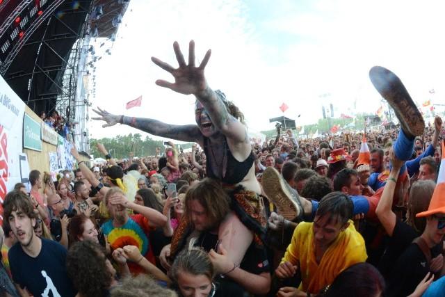 Łąki Łan to na Przystanku Woodstock marka sama w sobie. Koncert właśnie tej kapeli rozpoczął pierwszy dzień 23. edycji festiwalu. A pod sceną istne szaleństwo!Już na pierwszy rzut oka widać, że woodstockowicze na ten moment czekali z utęsknieniem przez cały rok. Gdy tylko skończył przemawiać Jurek Owsiak, na sceną wyszli muzycy z Łąki Łan. A pod sceną... istny szał! Ludzie tańczą, bawią się, skaczą, noszą się na rękach. Pod sceną można zobaczyć wszystko to, co na Przystanku Woodstock najpiękniejsze. Takie obrazki będziemy oglądać przez trzy najbliższe dni.Wszystkie informacje o Przystanku Woodstock 2017 w Kostrzynie nad Odrą:  Przystanek Woodstock 2017: koncerty, zdjęcia, filmy, informacje