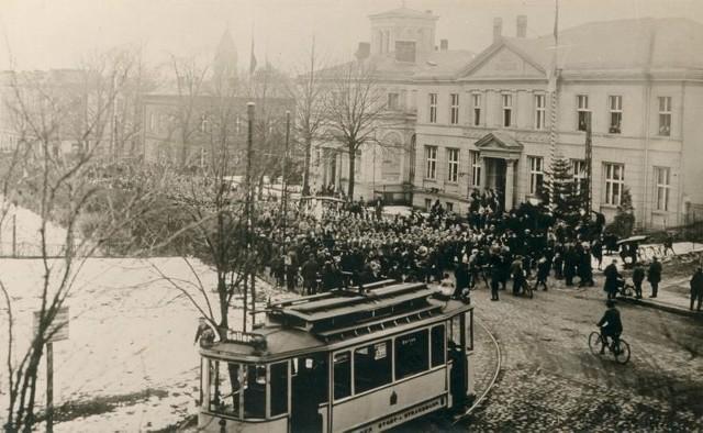Rok 1919. Ludzie wyszli na ulice także w pobliżu ówczesnego starostwa (budynek naprzeciwko współczesnego dworca PKS).