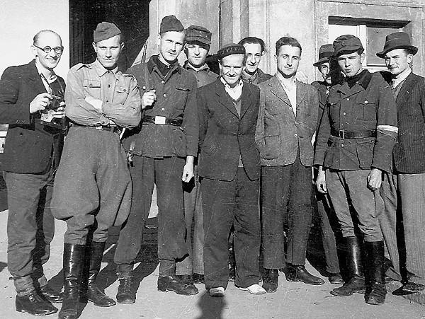 Studenci ze straży akademickiej - ubrani w co kto miał, włącznie z hitlerowskimi mundurami
