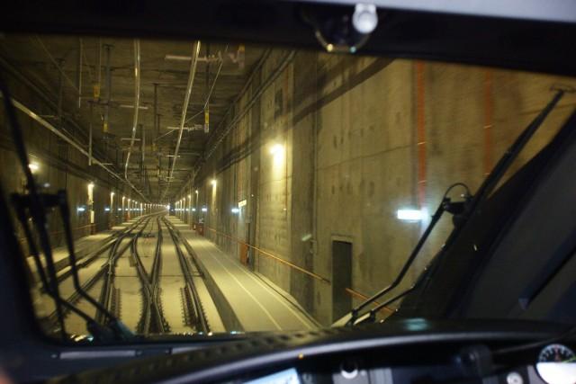 Prezentacja mniejszej z tarcz TBM, która będzie drążyć tunel pod Łodzią miała się odbyć w poniedziałek, ale odwołały ją PKP Polskie Linie Kolejowe. Mimo, że budowa jest  opóźniona o siedem miesięcy, tunel według zapowiedzi ma być gotów na grudzień 2021 r. i jest już wstępna siatka nowych połączeń, możliwych dzięki jego budowie. Niestety, bez połączeń międzynarodowych. Drązenie tunelu pod Łodzią ma się rozpocząć w czerwcu. Ma być gotowy do końca 2021 r. Przejazd pod Łodzią od stacji Łódź Widzew do jego wylotu za Łodzią Kaliską  ma trwać maksymalnie 15 minut. CZYTAJ WIĘCEJ >>>>