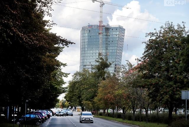 Hanza TowerGdy zostanie ukończony, będzie najwyższym szczecińskim budynkiem (nie wliczając masztu na Pazimie), liczyć ma 104 metry. Budynek będzie miał 27 kondygnacji nadziemnych i 3 podziemne. W niższej części znajdować się będą pomieszczenia handlowe, biurowe i usługowe. Wyższa część obiektu zostanie przeznaczona na 480 lokali mieszkalnych.