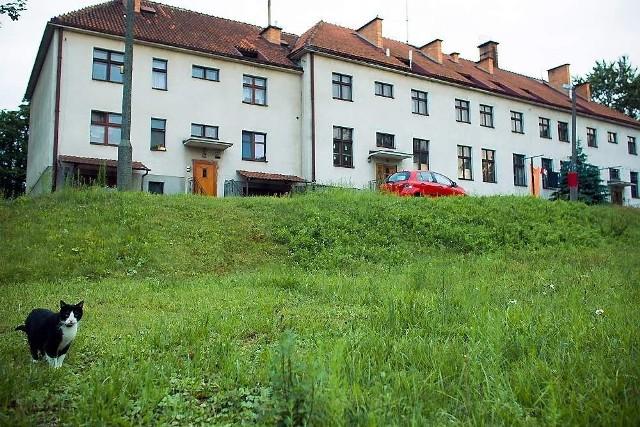 Budynek byłej szkoły, w którym znajdują się obecnie mieszkaniaW byłej szkole mieszkania własnościowe mają cztery rodziny. Mieszkają w jednym ze skrzydeł budynku (z lewej).