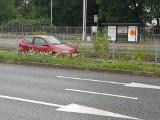 Samochód wpadł na tory tramwajowe na Ślężnej [FOTO]