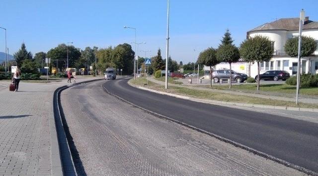 Na drodze krajowej 52 w Kętach wciąż trwają prace związane z wymianą nawierzchni