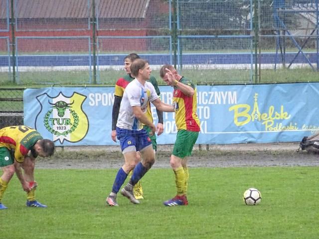 Piłkarze Tura (na biało-niebiesko) po 608 dniach doznali goryczy ligowej porażki