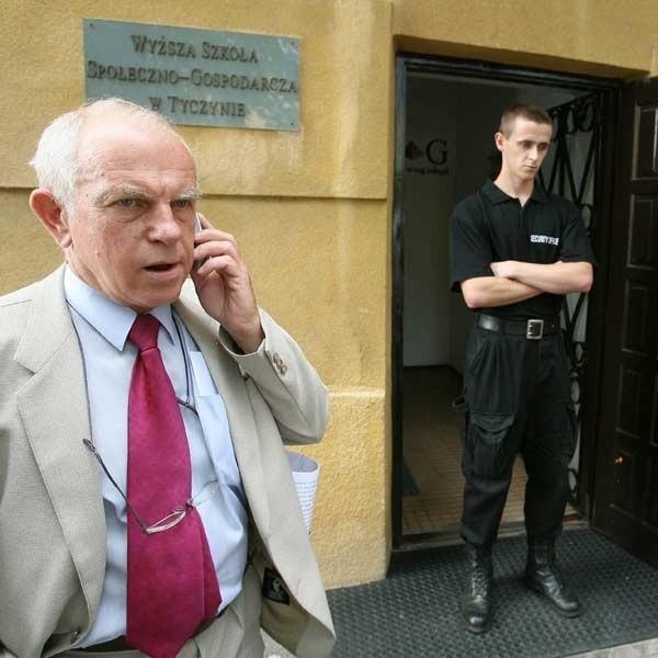 Rektor Walter nie wpuścił do budynku nowego rektora Zbigniewa Stachowskiego (po lewej).