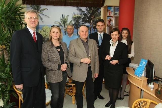 Krzysztof Czarnuszewicz, właściciel biura Simba (pierwszy z lewej) wraz z gośćmi oraz pracownicami