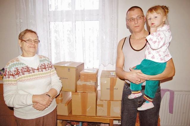 Paczki przed chwilą przyniósł listonosz. Pan Andrzej – tu wraz z córką Sandrą i babcią Teresą, która pomaga mu opiekować się gromadką dzieci – dziękuje wszystkim, którzy czuwają nad jego rodziną.