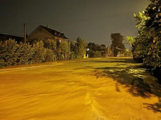 Gmina Zielonki - zalana droga wojewódzka 794. Rzeka wystąpiła z brzegów, podtopiła także domy