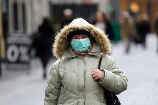 Wprowadzono również dodatkową grupę osób zwolnionych z nakazu zasłaniania nosa i ust. Maseczek nie będą musiały nosić osoby obciążone zaawansowanymi schorzeniami neurologicznymi, układu oddechowego lub krążenia, przebiegającymi z niewydolnością oddechową lub krążenia.