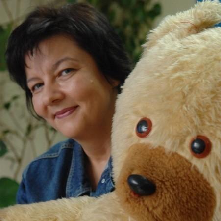 Urszula Onichowska. Jako psycholog pracuje w Zespole Poradni Psychologiczno-Pedagogicznych i w Ośrodku Interwencji Kryzysowej. Mężatka, dwoje prawie dorosłych dzieci. Lubi odsypiać po pracy, bo bardzo dużo pracuje, czytać, spacerować.