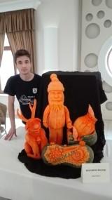 Arkadiusz Rosiak wicemistrzem Polski w carvingu. Ależ on rzeźbi w owocach i warzywach!