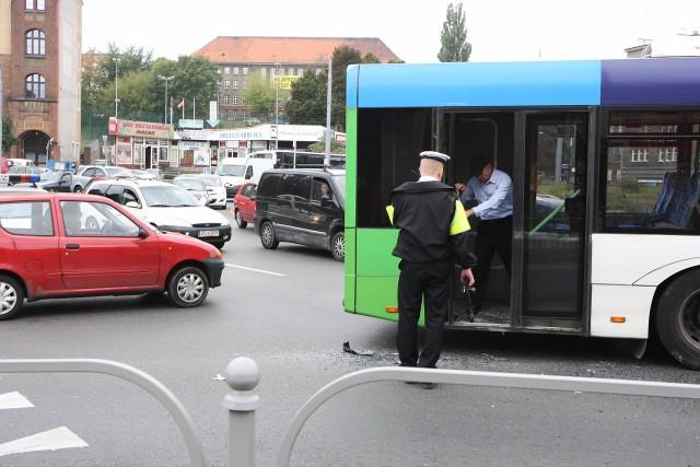 Na rondzie Giedroycia zderzyły się dwa autobusy.