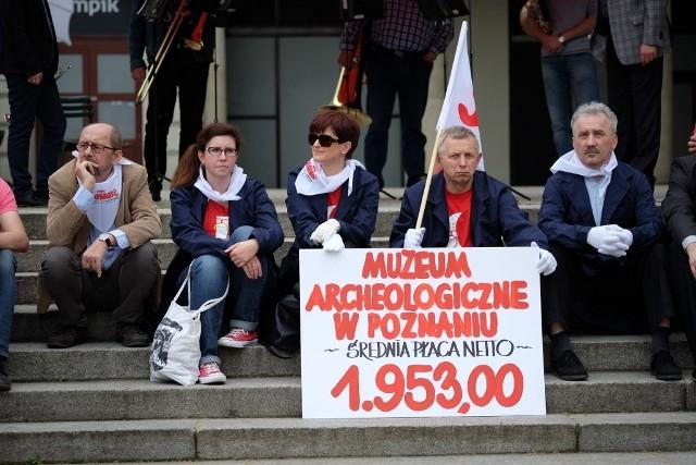 Protest pracowników instytucji kultury na placu Wolności