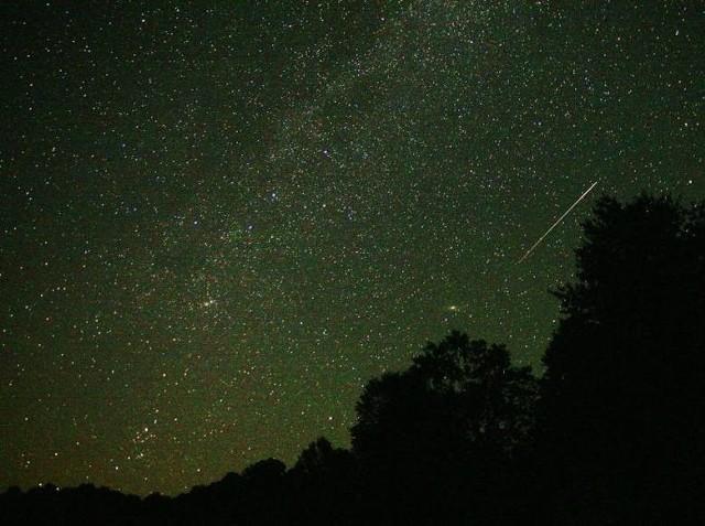 Perseidy najlepiej obserwować od godziny 22, ale najwięcej meteorów pojawi się po północy.