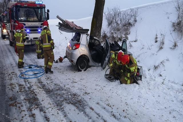 Samochód uderzył w drzewo z bardzo dużą siłą. Policjanci proszą o zachowanie zdrowego rozsądku i jazdę z prędkościami dostosowanymi do panujących warunków drogowych.