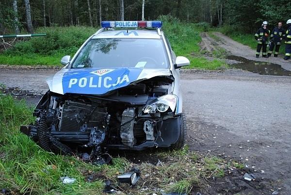 Radiowóz stał pięć metrów od krawędzi jezdni, a mimo to auto zostało zniszczone