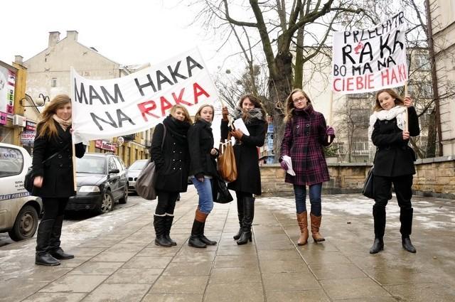 Z takim transparentem na ulicy pojawili się uczniowie II Liceum Ogólnokształcącego imienia Marii Konopnickiej w Radomiu.