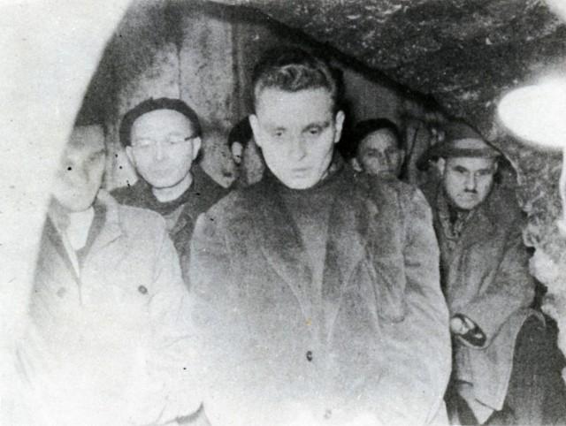 Bogusław Olejnik w piwnicy kamienicy przy ul. Senackiej 11. Tam odkopano ludzkie zwłoki