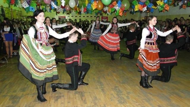 Od poloneza, którego zatańczyli uczniowie w strojach ludowych z X Liceum Ogólnokształcącego w Radomiu rozpoczął się 12 Bal Wolontariusza.