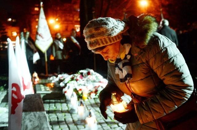 We wtorek, 13 grudnia, odbyły się w Zielonej Górze uroczystości upamiętniające tragiczne wydarzenie, jakim było wprowadzenie stanu wojennego.Wtorkowe (13 grudnia) uroczystości zorganizował Zarząd Regionu NSZZ Solidarność w Zielonej Górze. Wszystko po to, by zachować pamięć o tragicznym wydarzeniu, jakim było wprowadzenie 35 lat temu stanu wojennego. Wieczorem, o 18.30,  w kościele pod wezwaniem Najświętszego Zbawiciela odprawiona została msza święta w intencji Ojczyzny i ofiar stanu wojennego.Po mszy pod pomnikiem Robotników, Maciej Jankowski przewodniczący NSZZ Solidarność w Zielonej Górze, powiedział, że musimy pamiętać o tamtych wydarzeniach. Szczególnie młodzież nie może o nich zapominać i pamiętać o ofiarach stanu wojennego. Dzięki tym ludziom dziś żyjemy w wolnej Polsce - mówi Jankowski. Następnie uczniowie z III LO w Zielonej Górze przedstawili program artystyczny, po którym złożono przed pomnikiem Robotników kwiaty i znicze. Czytaj też: KOD strajkiem obywatelskim uczcił pamięć ofiar stanu wojennego [ZDJĘCIA, WIDEO];nfNa zdjęciu Jadwiga Wojtkowska oddała hołd ofiarom stanu wojennego
