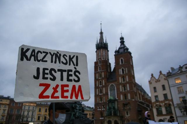 """W środę (14 kwietnia) na Rynku Głównym w Krakowie odbyła się antyrządowa manifestacja zorganizowana przez  """"Stop Klerykalizacji Polski. #Dośćmilczenia oddolna inicjatywa""""."""