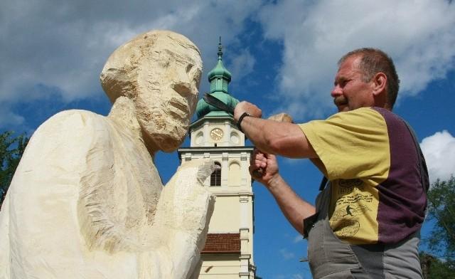 Podobnie jak w poprzednim roku, plener odbywa się na placu przy kościele.