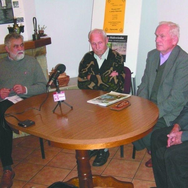 """Podczas spotkania """"Wrzesień 1939 w pamięci hajnowian"""" od lewej: Mikołaj Buszko, Władysław Zin, Włodzimierz Poskrobko"""
