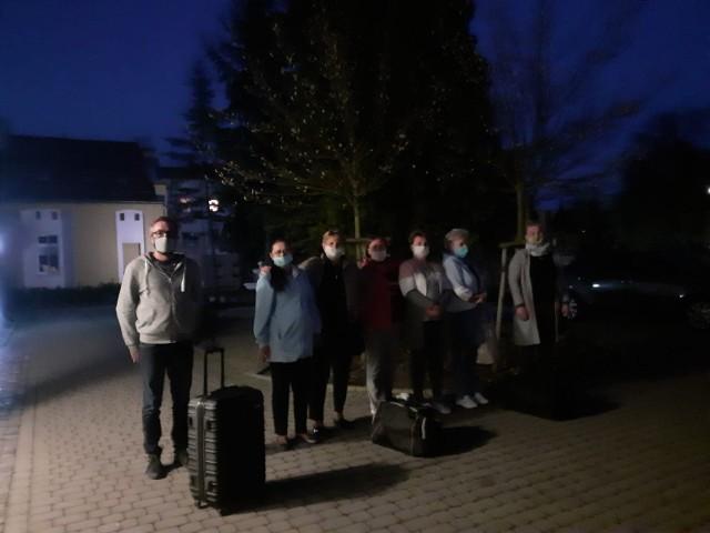 Grupa 37 pracowników Domu Pomocy Społecznej w Prószkowie spędziła z podopiecznymi dwa tygodnie. Wyszli dziś (23.04) wieczorem, a zastąpiła ich kolejna, 37-osobowa ekipa. Wchodzący do DPS-u wcześniej zostali przebadani na obecność koronawirusa.
