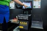 Białystok: W Biedronce policja zakuła w kajdanki 16-latka. Pomylił się w kasie samoobsługowej kupując bułki. Sprawa zbulwersowała RPO