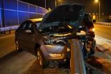 Wypadek na węźle Szubin Północ na S5 w Kujawsko-Pomorskiem. Osobowy ford wbił się w barierki ochronne [zdjęcia]