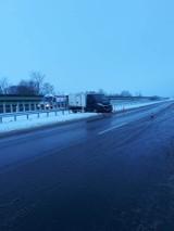 Wypadek na trasie S7 na wysokości Kmiecina [8.01.2019]. Zderzenie ciężarówki z samochodem dostawczym. Tir w rowie [zdjęcia]