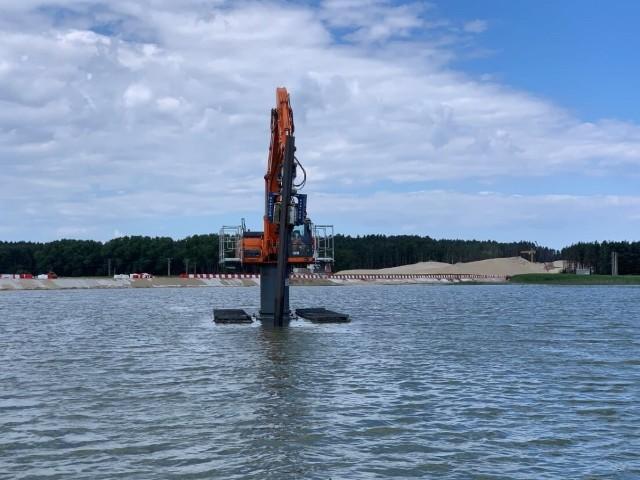 Specjalistyczne maszyny ściągnięte do budowy sztucznej wyspy na Zalewie Wiślanym